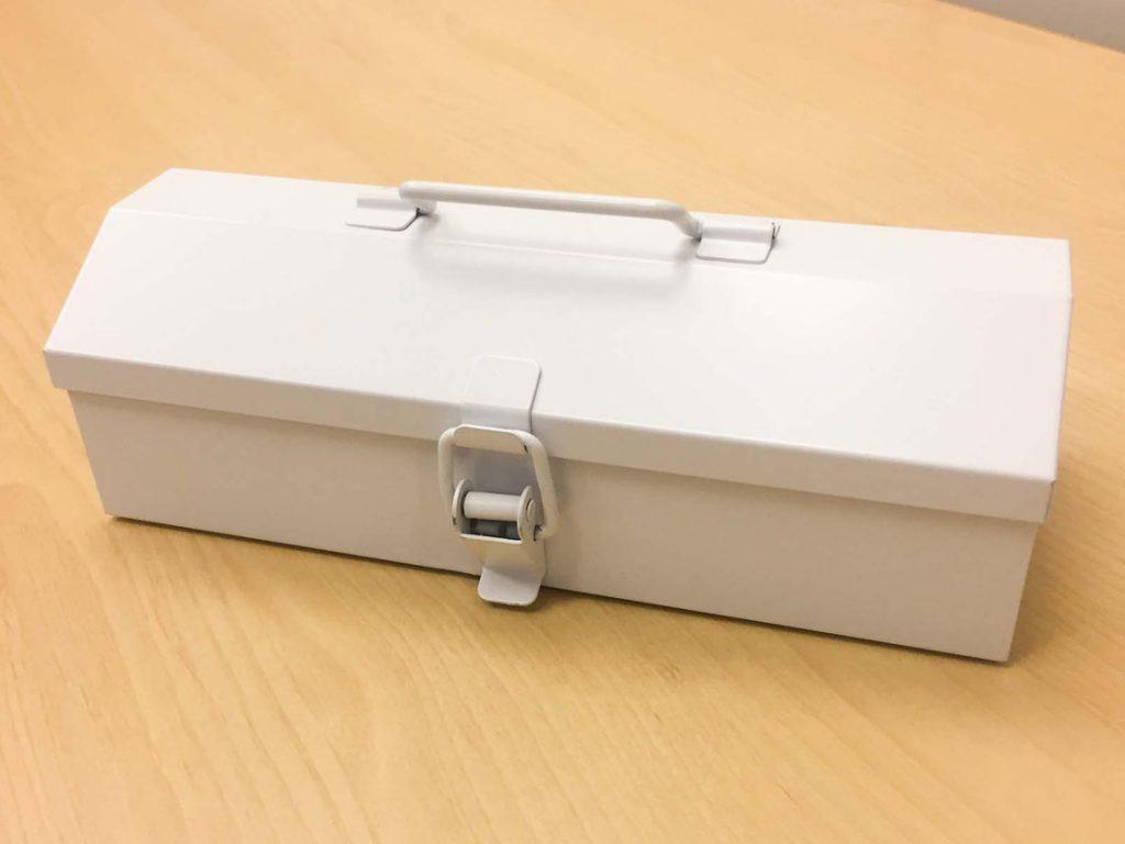小さな木箱に代わって、今回は衝動買いしたこの工具箱にアクセサリーを入れる予定。 (工具箱だけどめちゃくちゃオシャレじゃないですか?!❤❤) メラミン スポンジが